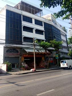 ขายอาคารพาณิชย์ 3 คูหา ริมถนนบรรทัดทอง  ทำเลดี ใกล้สนามศุภชลาศัย